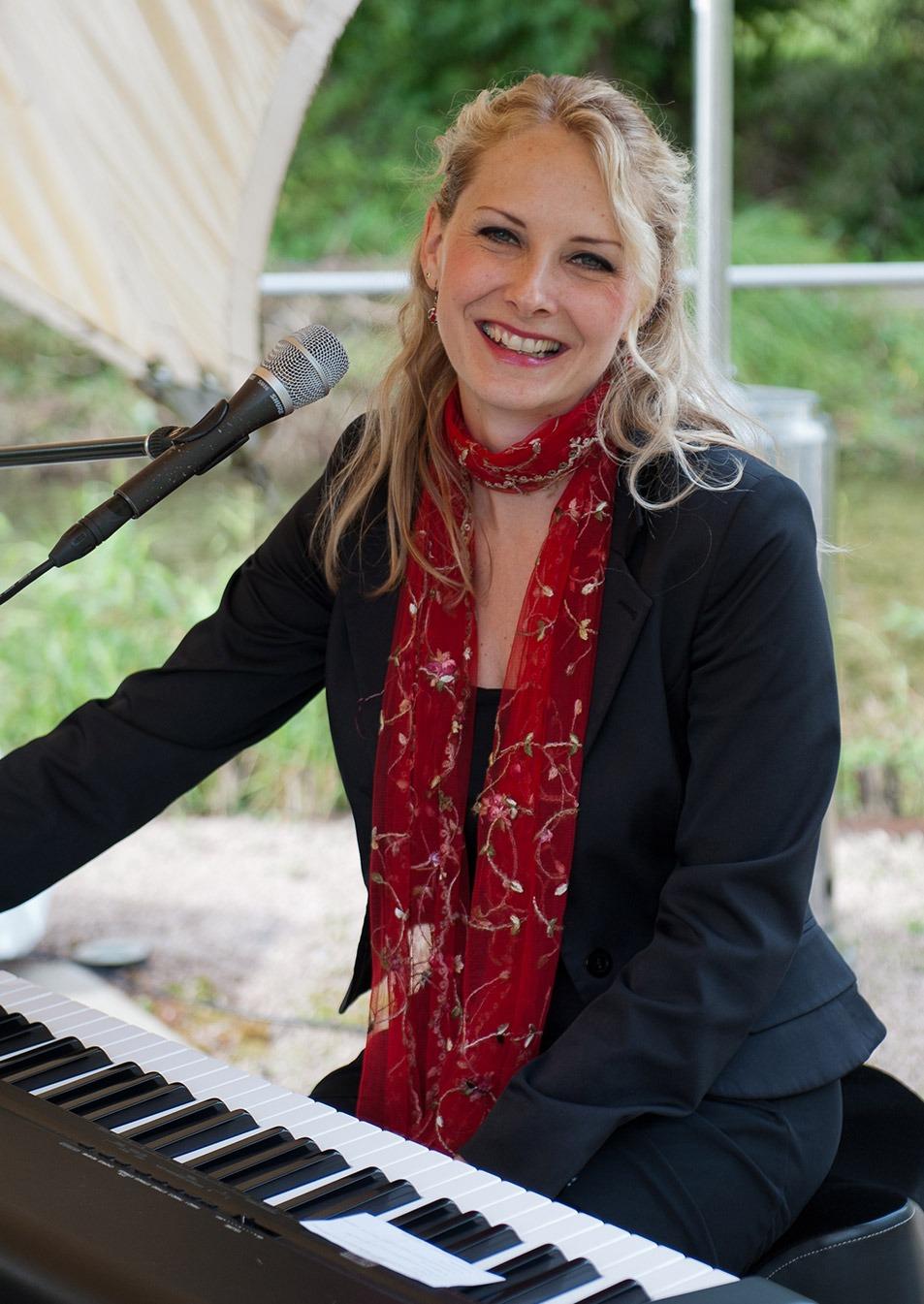 Hochzeitssängerin Christina Meißner am Piano