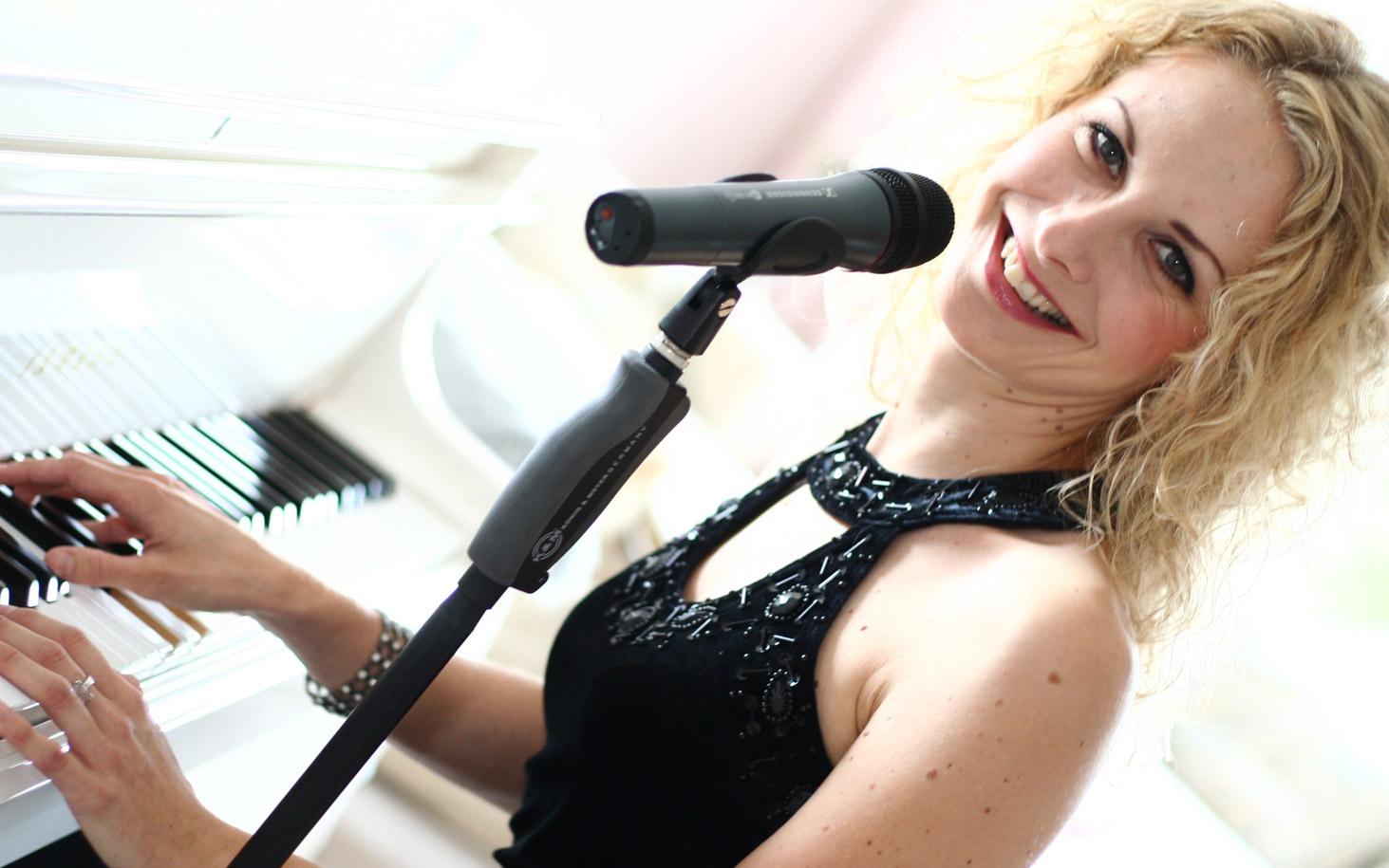 Hochzeitssängerin Christina Meißner am Klavier